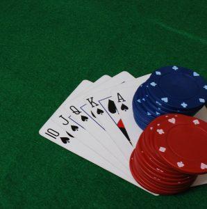 Cartas y fichas poker casino